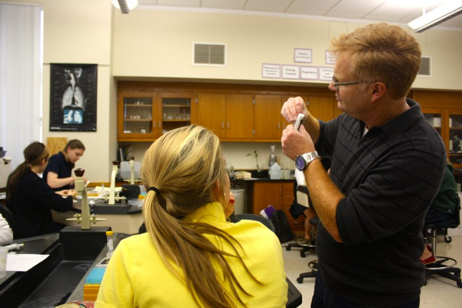 Bruce Nash shows senior Caroline Southwick how to analyze and detect the presence of GMOs in DNA. Mary Grace Henry '15