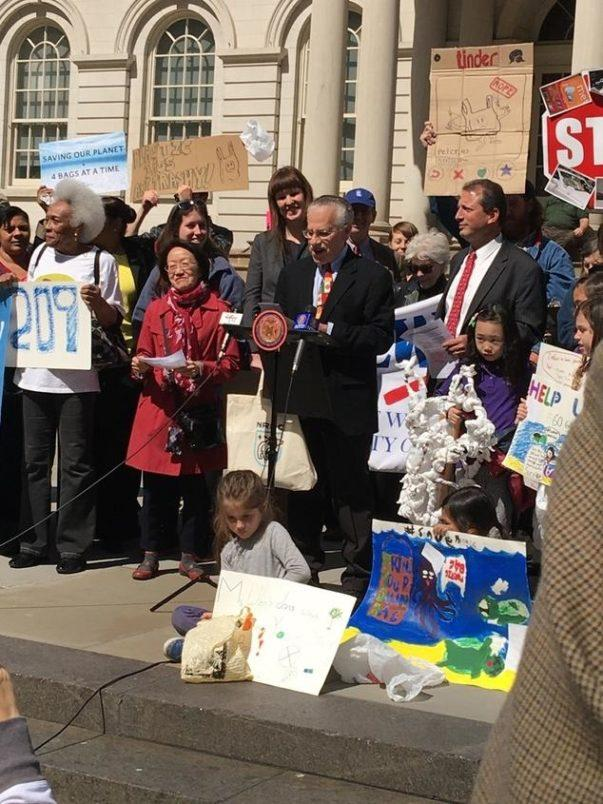 Supporters+rally+in+support+of+a+plastic+bag+fee+on+steps+of+New+York+City+Hall%2C+courtesy+of+nrdc.org