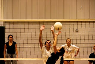 Freshman Natalia Pazos improves her setting skills during varsity volleyball practice. Nebai Hernandez '16
