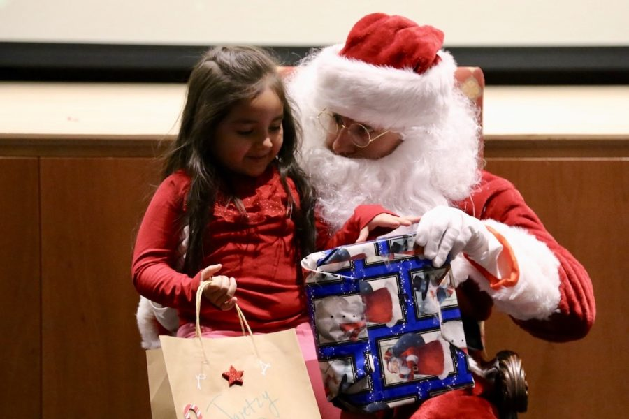 Children+from+the+Carver+Center+came+to+Sacred+Heart+in+2017+to+receive+student-donated+presents+from+Santa+Claus.+